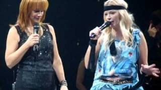 Download ″I'm A Survivor″ - Reba McEntire, Melissa Peterman (Buffalo, NY) Video