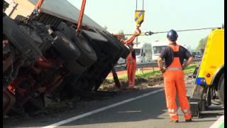 Download Autoberging Kerstens zet gekantelde vrachtwagen recht op N59 Video