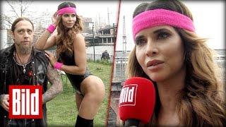 Download Micaela Schäfer beim Völkerball - So fliegen die Bälle richtig Video