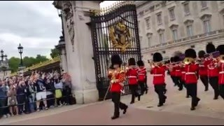 Download Cerimônia de troca da guarda real inglesa, Palácio de Buckigham, Londres. Video