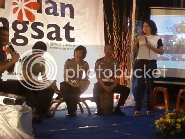 Brigadir Avvy dan Briptu Eka tampil di panggung