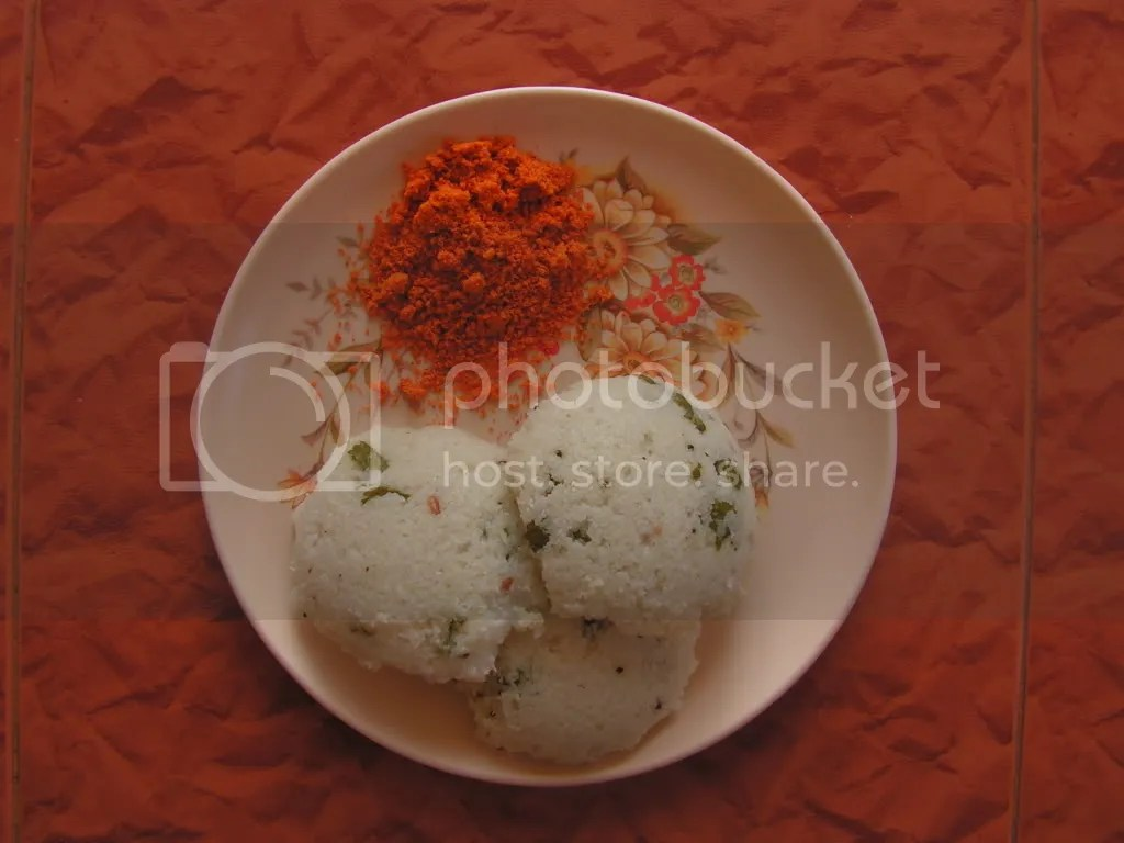 Steamed idlies with chutney powder