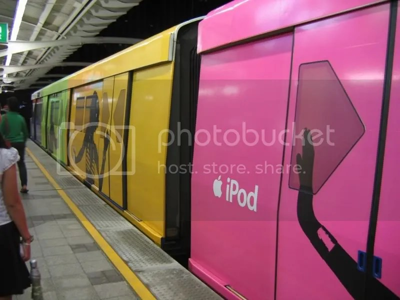 ipod_bangkok_subway.jpg picture by Viviobluerex