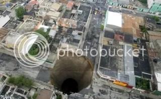 Lubang raksasa berdiameter 33 meter dan sedalam 114 meter di Guatemala City