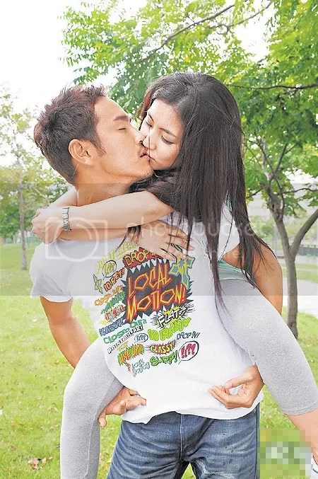 Foto Ciuman Hot Mesra Sambil di Gendong | Hot Kissing Photos