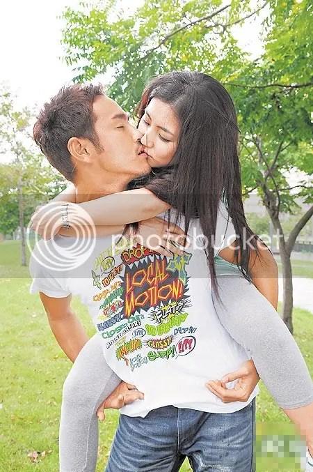 Foto Ciuman Hot Mesra Sambil di Gendong | Hot Kissing Photos