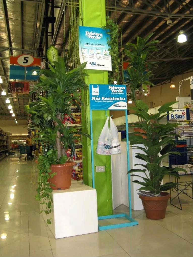 A closer view of the new degradable plastic bag displayed at El Machetazo supermarket in San Miguelito.