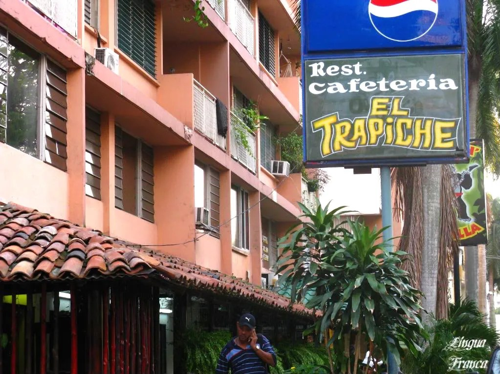 A closer view of El Trapiche Restaurant.  An early customer uses his cellphone.  More than 2.4 million cellphones are currently used in Panama.  Just a small trivia to keep you alert.  (Credit:  Omar Upegui R.)