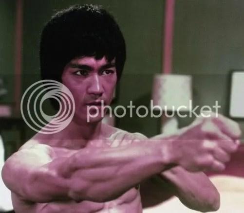 Foto de Bruce Lee penteado.