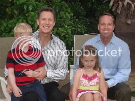 Christopher Green (l) en Palm Springs Mayor Steve Pougnet (r), samen met hun 5 jaar oude tweeling Beckham en Julia.