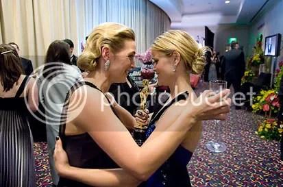 Kate e Renee nos bastidores - Foto de Todd Wawrychuk - CLIQUE PARA AMPLIAR ESTA FOTO EM ÓTIMA RESOLUÇÃO