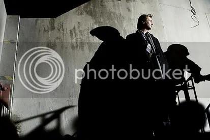 Christopher Nolan posa no set de filmagem de Batman, o Cavaleiro das Trevas - CLIQUE PARA AMPLLIAR ESTA FOTO EM ÓTIMA RESOLUÇÃO.
