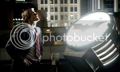 Aaron Eckhart (Harvey Dent/Duas Caras) aguarda um sinal do Homem Morcego. CLIQUE PARA AMPLIAR ESTA FOTO EM ALTA RESOLUÇÃO.