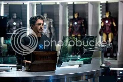 Robert Downey Jr. no laboratório como Tony Stark - CLIQUE AQUI PARA AMPLIAR ESTA FOTO