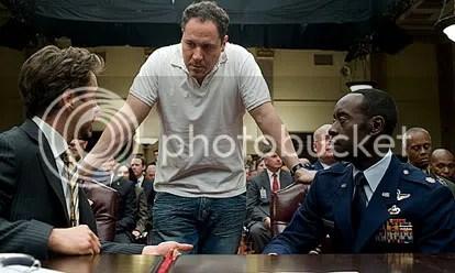 O diretor Jon Favreau conversa com os atores Robert Downey Jr. e Don Cheadle - CLIQUE AQUI PARA AMPLIAR ESTA FOTO EM ÓTIMA RESOLUÇÃO