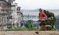 Edward Norton corre, na favela Tavares Bastos, em Santa Tereza - CLIQUE PARA AMPLIAR ESTA FOTO