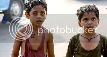 Irmãos tentam sobreviver nas ruas de Mumbai - CLIQUE PARA AMPLIAR ESTA IMAGEM EM ÓTIMA RESOLUÇÃO