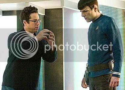 """J.J. Abrams ensina Spock a estrangular Kirk: """"É assim, ó!!!"""" - CLIQUE AQUI PARA AMPLIAR ESTA FOTO EM ÓTIMA RESOLUÇÃO"""