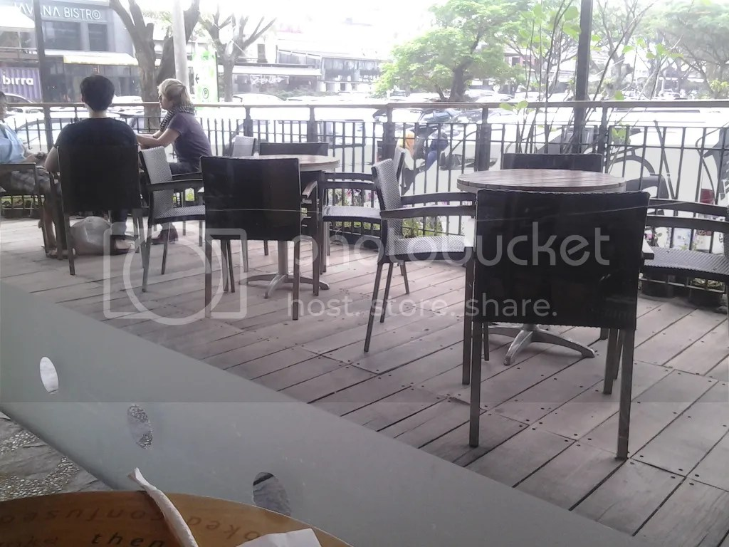 Suasana outdoor Starbucks PVJ