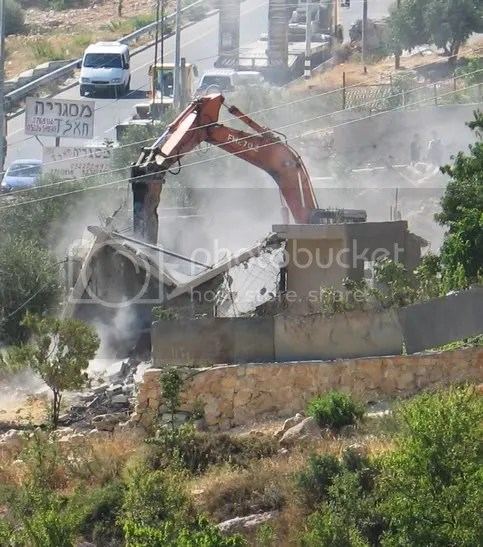https://i2.wp.com/i254.photobucket.com/albums/hh112/salaami/israeli_demolitioncrane_Palestinian.jpg
