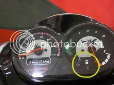 Indikator gas dan bensin di panel spidometer. Lihat lingkaran kuning.