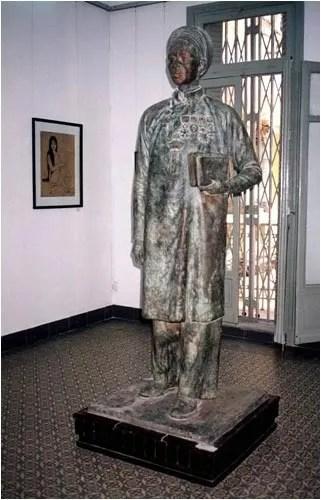 http://s270.photobucket.com/albums/jj109/fbuis/celebrity/?action=view&current=statue04.jpg