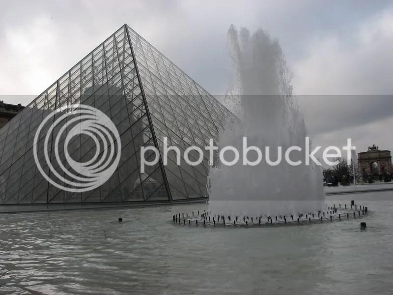Piramida de sticla pe ape...