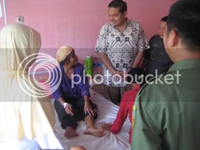 BEZUK - Anggota DPD Parlindungan Purba SH MM berdialog dengan pasien rawat inap, Farida (40), di Puskesmas Model Kotapinang yang dipersipkan Pemkab Labuhanbatu Selatan menjadi Rumah Sakit Umum Daerah (RSUD), Senin (24/8).