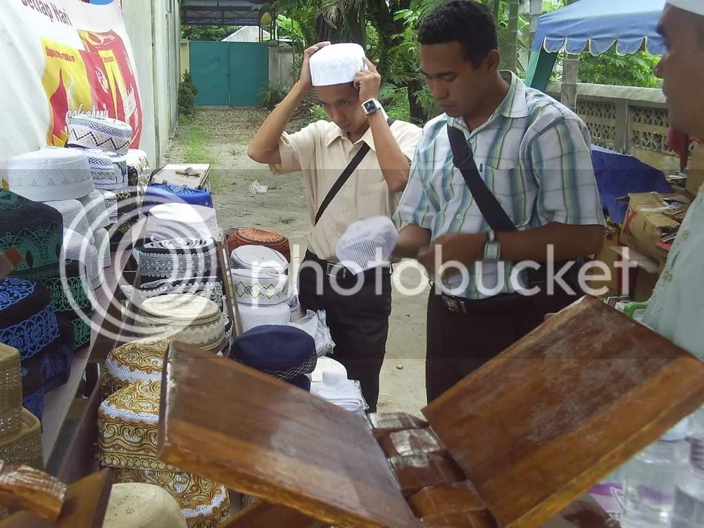 Selama Bulan Suci Ramadhan, berbagai penjualan sarana dan perlengkapan ibadah laris manis. Salahsatunya, seperti penjualan kopiah dan lobe.