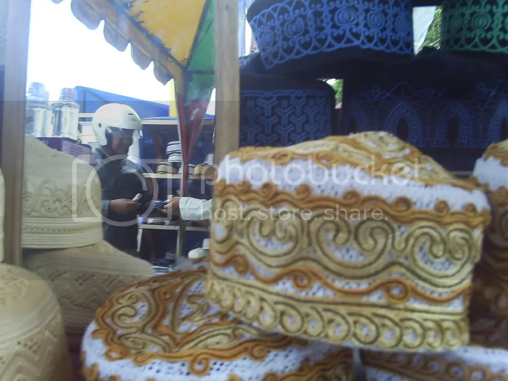 Selama Bulan Suci Ramadhan, berbagai penjualan sarana dan perlengkapan ibadah laris manis. Salahsatunya, seperti penjualan kopiah dan lobe