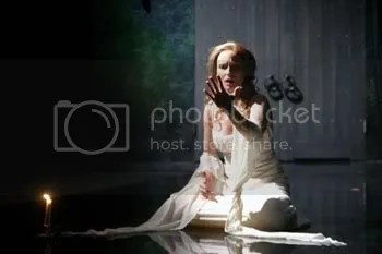"""Laila Robinns como Lady Macbeth, enlouquecida e enxergando sangue em suas mãos, em """"Macbeth"""", de Shakespeare, na montagem de 2004 de Bonnie J. Monte"""