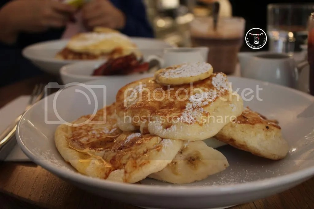 Ricotto hotcakes with banana and honeycomb butter