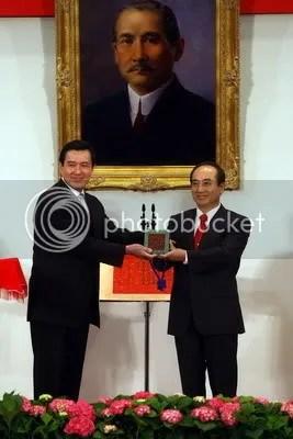 總統當選人馬英九先生接受立法院院長王金平授與「中華民國之璽」、「榮典之璽」、「總統之印」及「總統之章」