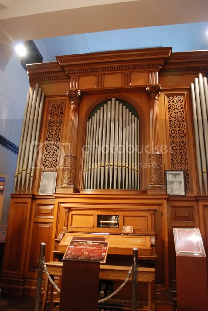 A big organ on display in the museum.