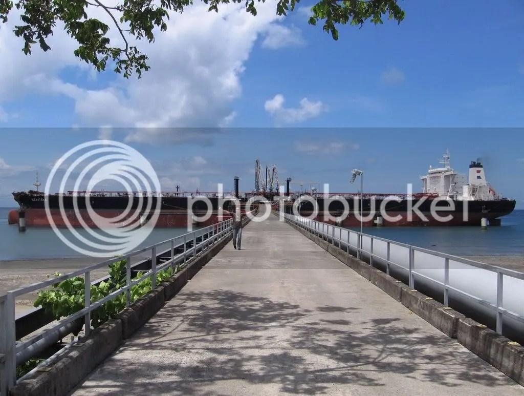 Bahía de Charco Azul con el Puerto de Petroterminales de Panamá.  Nótese que el barco pareciera estar varada en la playa! En realidad se trata de una fosa marina que inicia muy cercano a la costa en este sector de la Península de Burica.  Las aguas que rodean a la Península de Burica son aguas profundas por efecto de la subducción de la Placa de Cocos en la Placa tectónica del Caribe.