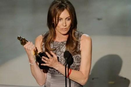 De eerste en enige vrouwelijke Oscar-winnares Kathryn Bigelow druk aan het werk in de regiestoel