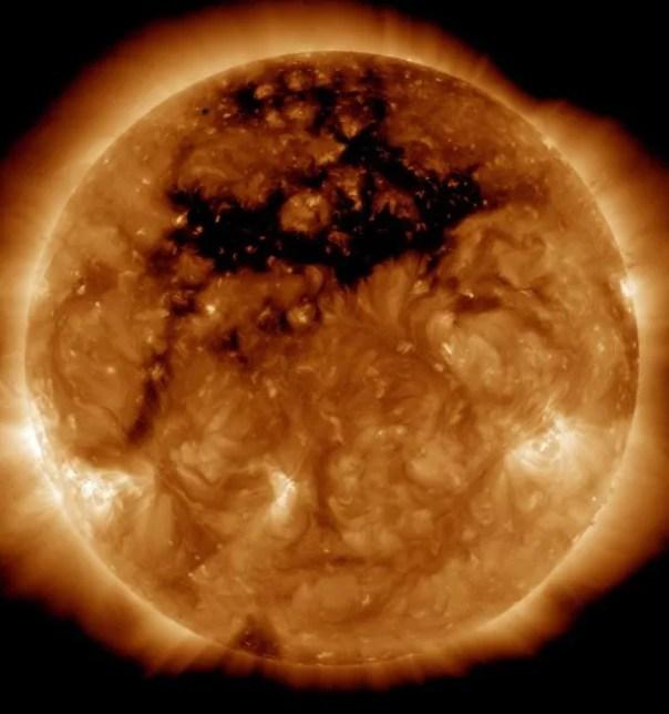 Un agujero del tamaño de cincuenta y planeta Tierra ha abierto en el sol