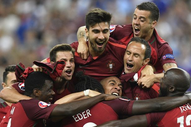 Andre Gomes celebrates with teammates Portugal's defender Ricardo Carvalho celebrate after beating their hosts France 1-0 in the Euro 2016 final
