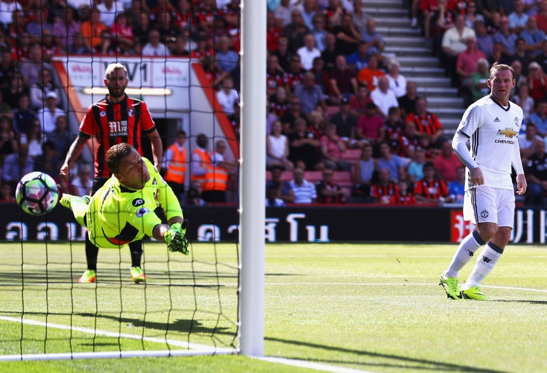 Wayne Rooney of Manchester United scores his team's second goal