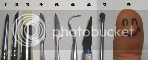 1: Pincel de goma extra firm (goma negra), tamaño 0,tipo Taper Point 2: Pincel de goma extra firm (goma negra), tamaño 0,tipo Angle Chisel 3: Pincel de goma soft (goma blanca), tamaño 9,tipo Flat Chisel 4, 5, 6, 7: lancetas 8: Cútter 9: Dedazo (By Cruasan)