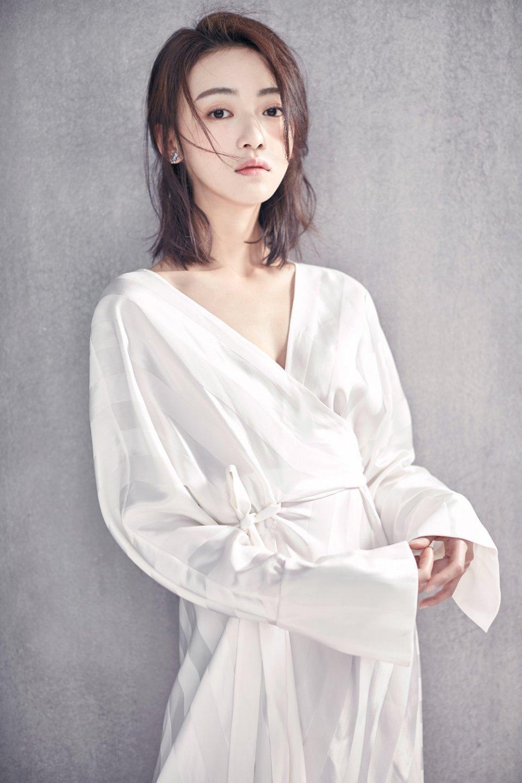吳謹言時尚寫真曝光 清新慵懶散發小女人魅力 - 壹讀