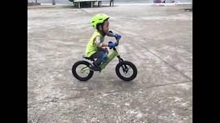 O2, 3 years old, Learning bunny hop with his balance bike (xe đạp cân bằng)