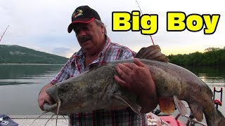 Watch this to see how I find and catch big catfish - Flathead Catfish and Blue Catfish