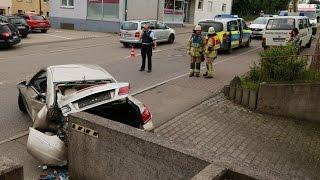 Auto prallt auf Mauer - Zwei Verletzte