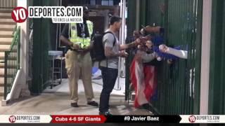 Javier Baez firma bandera de Puerto Rico en el Wrigley Field