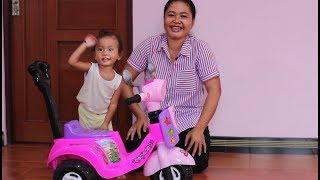 Shanti Belajar Sepeda Anak Bayi Roda Tiga kok Malah Joget hehehe lucu sekali - Baby playing tricycle