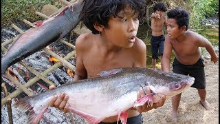 Primitive Technology - Smart boy cooking Big fish - Eating delicious