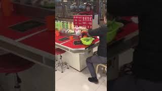 なんだこれww中国で回転寿司のパクリ回転料理店を撮影