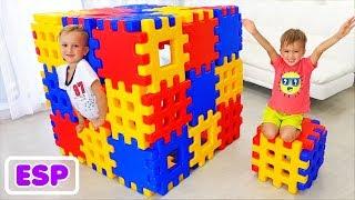 Vlad y Nikita jugando con bloques de juguete