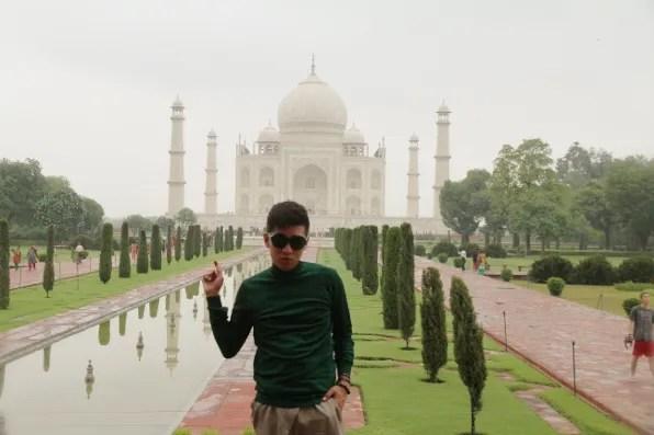 Bryanboy pointing at Taj Mahal